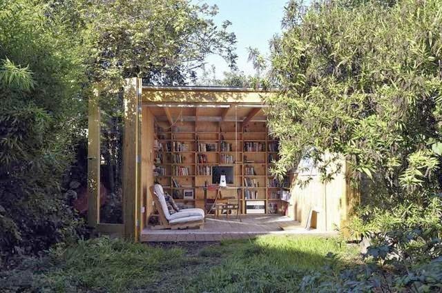 Non una biblioteca, né un negozio di libri, ma uno studio-ufficio in giardino a Hackney, Regno Unito.