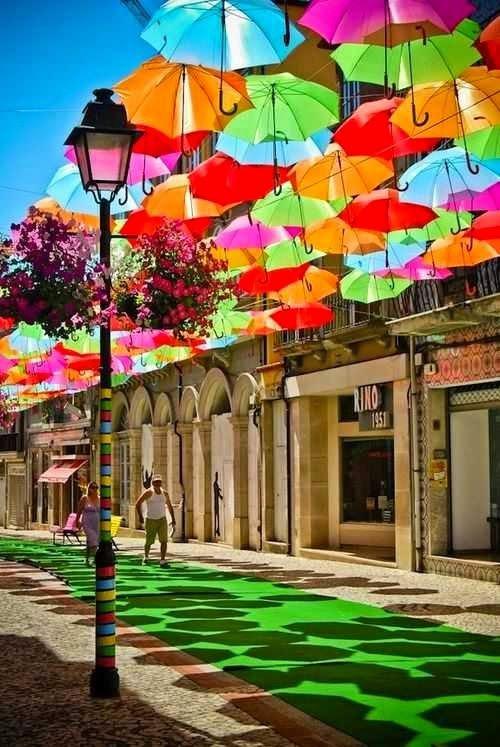 Ombrelli fluttuanti per le strade di Águeda, in Portogallo