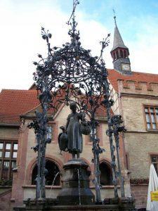 Cercando Goran - Il Gänseliesel, nella piazza centrale di Göttingen