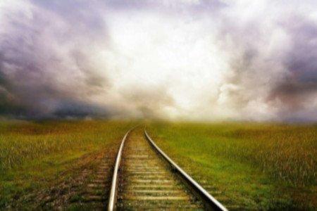 mondo narrativo: binario tra i campi incolti che si disperde in lontananza