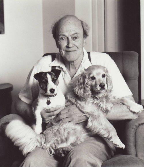 Roald Dahl con i suoi due cani