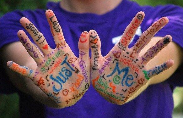 Raccontare storie è un gioco di parole che si può fare anche... con le mani..